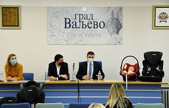 1000 дечијих ауто-седишта уручено родитељима у Ваљеву | Agencija za bezbednost saobraćaja