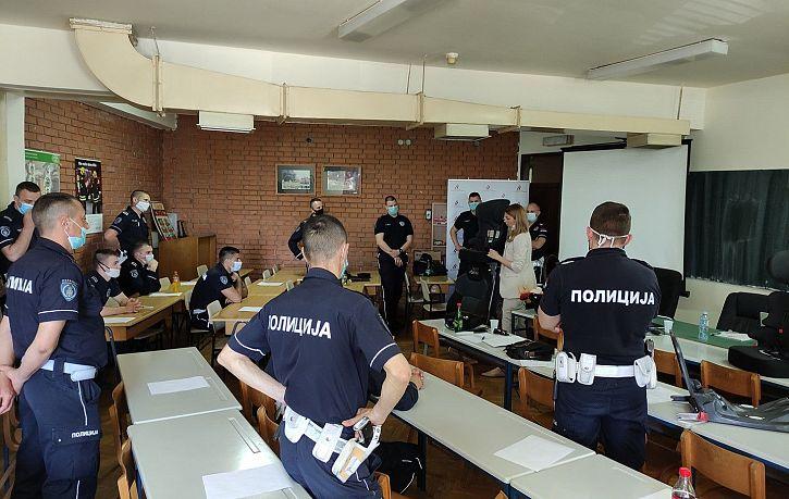 Agencija za bezbednost saobraćaja u saradnji sa Upravom saobraćajne policije je započela obuku pripadnika saobraćajne policije o pravilnoj upotrebi bezbednosnih sedišta za prevoz dece   Agencija za bezbednost saobraćaja