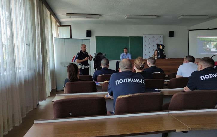 Obuka pripadnika Saobraćajne policije PU Smederevo o pravilnoj upotrebi bezbednosnih sedišta za prevoz dece | Agencija za bezbednost saobraćaja