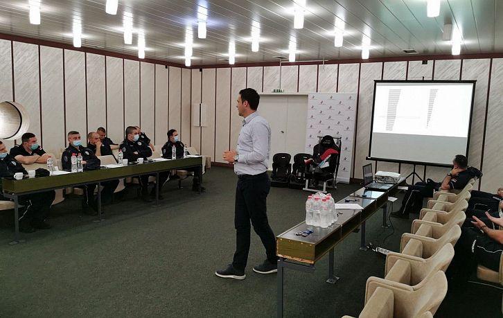 Obuka pripadnika Saobraćajne policije PU Sremska Mitrovica o pravilnoj upotrebi bezbednosnih sedišta za prevoz dece | Agencija za bezbednost saobraćaja
