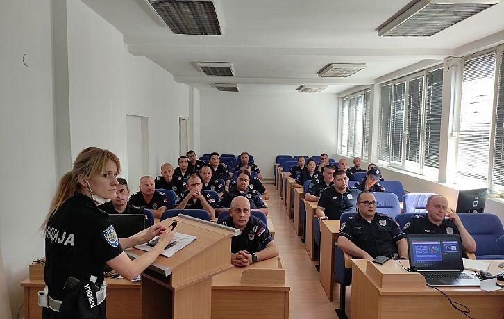 Обука припадника Саобраћајне полиције ПУ Крагујевац о правилној употреби безбедносних седишта за превоз деце | Agencija za bezbednost saobraćaja