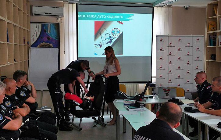 Obuka pripadnika Saobraćajne policije PU Šabac o pravilnoj upotrebi i značaju bezbednosnih sedišta za prevoz dece | Agencija za bezbednost saobraćaja