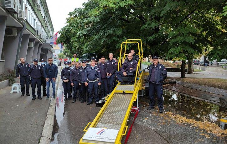 Obuka pripadnika Saobraćajne policije PU Jagodina o značaju korišćenja bezbednosnog sedišta i sigurnosnog pojasa | Agencija za bezbednost saobraćaja