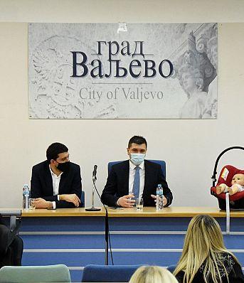 1000 дечијих ауто-седишта уручено родитељима у Ваљеву