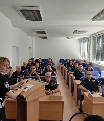 Обука припадника Саобраћајне полиције ПУ Крагујевац о правилној употреби безбедносних седишта за превоз деце