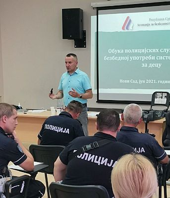 Настављена обука припадника саобраћајне полицајаце у вези са контролом и правилном употребом дечијих ауто–седишта