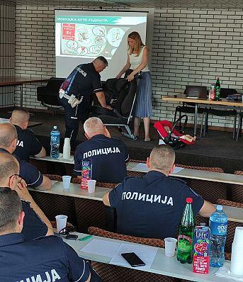 Обука припадника Саобраћајне полиције ПУ Врање и Лесковац о правилној употреби безбедносних седишта за превоз деце