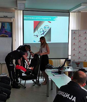 Обука припадника Саобраћајне полиције ПУ Шабац о правилној употреби и значају безбедносних седишта за превоз деце