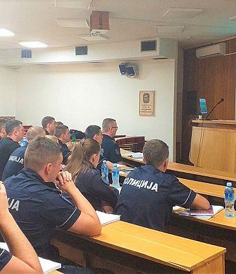 Настављена обука припадника саобраћајне полицајаце у Земуну у вези са контролом и правилном употребом дечијих ауто–седишта